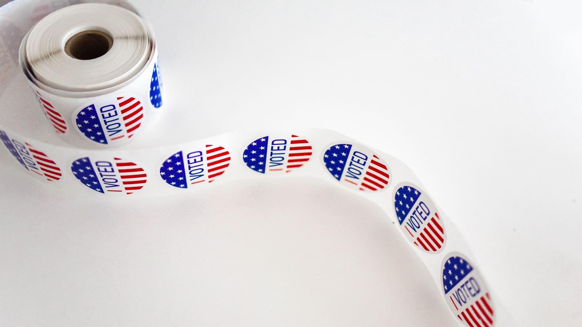 Afbeelding van rol met een stickers van voted op