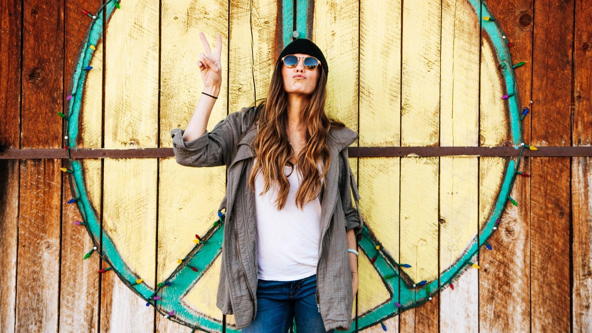 pexels-photo-736603- een vrouw met een zonnebril doet het peace symbool voor het peace teken