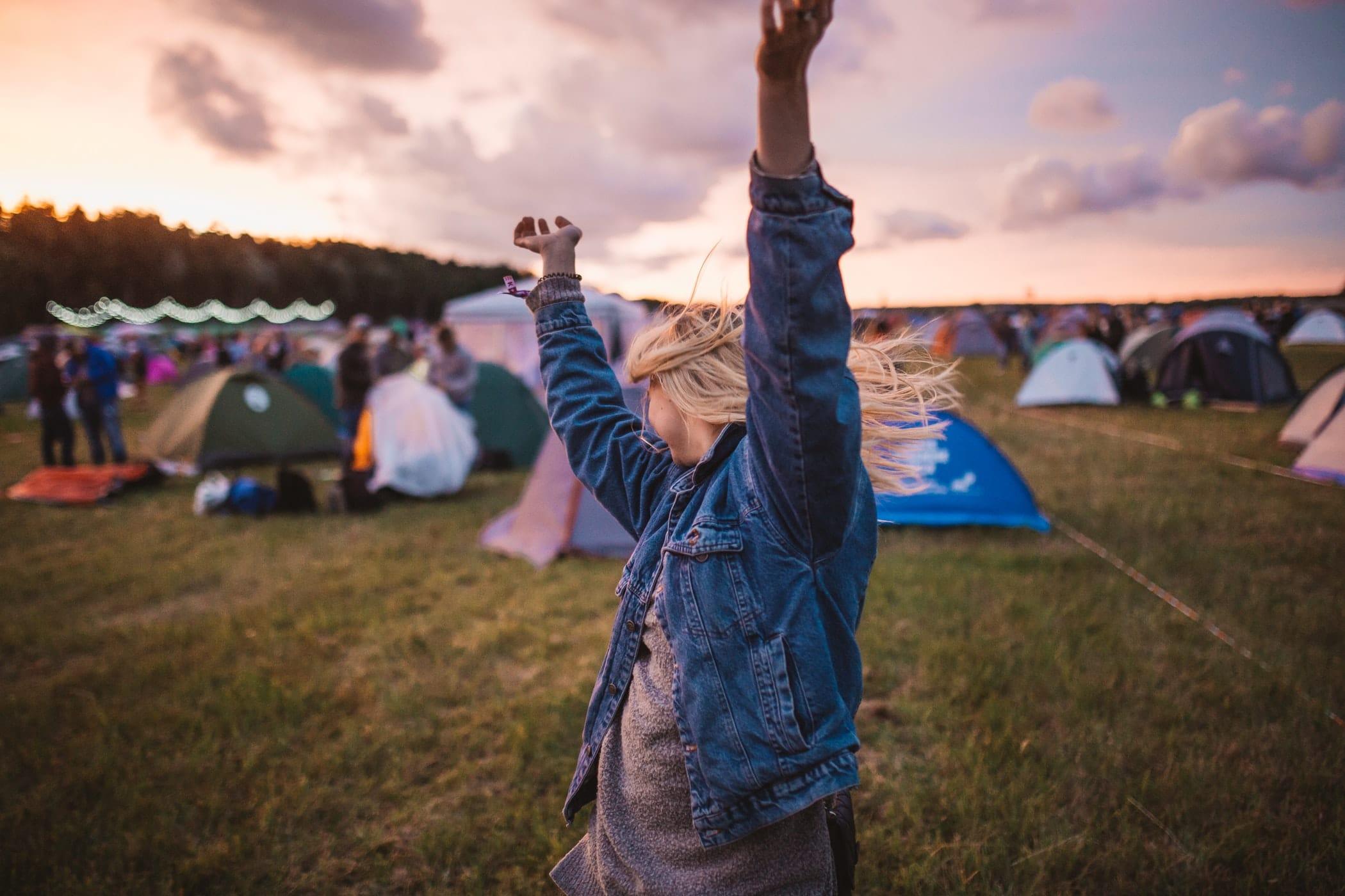 Blanke vrouw met haar handen en armen in de lucht