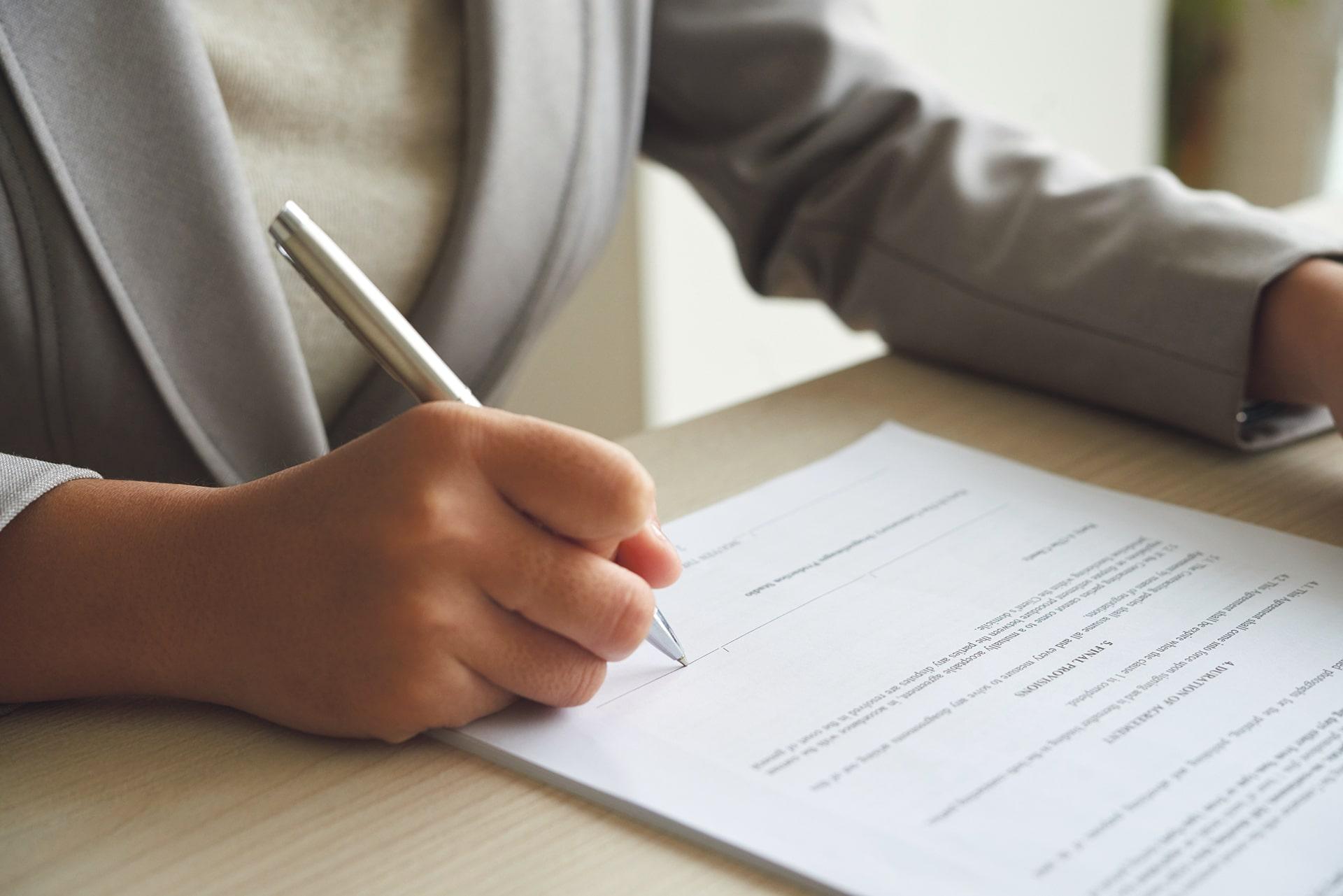 persoon dat document bekijkt alvorens het te tekenen