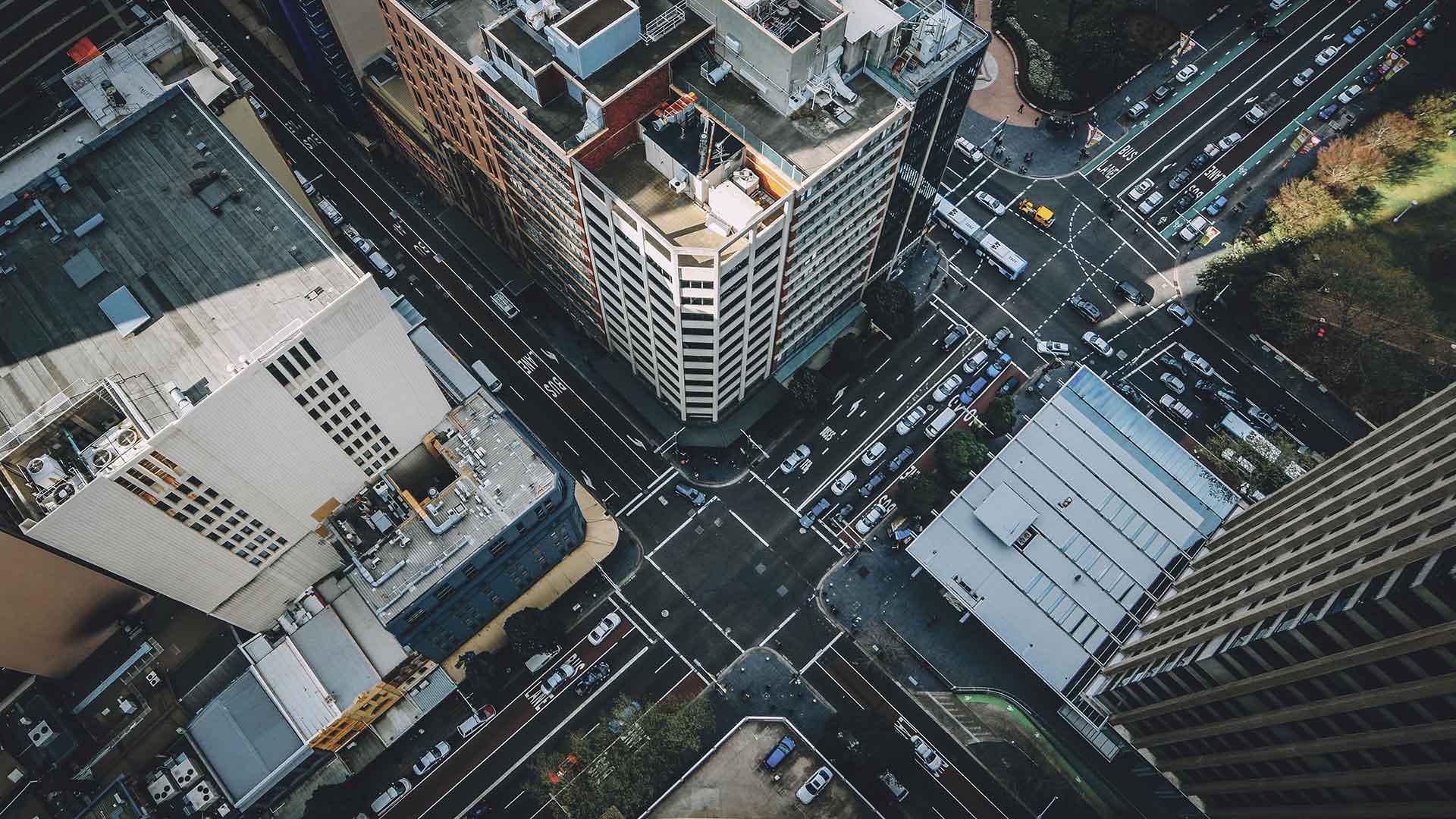 vogelperspectief van autowegen en flatgebouwen
