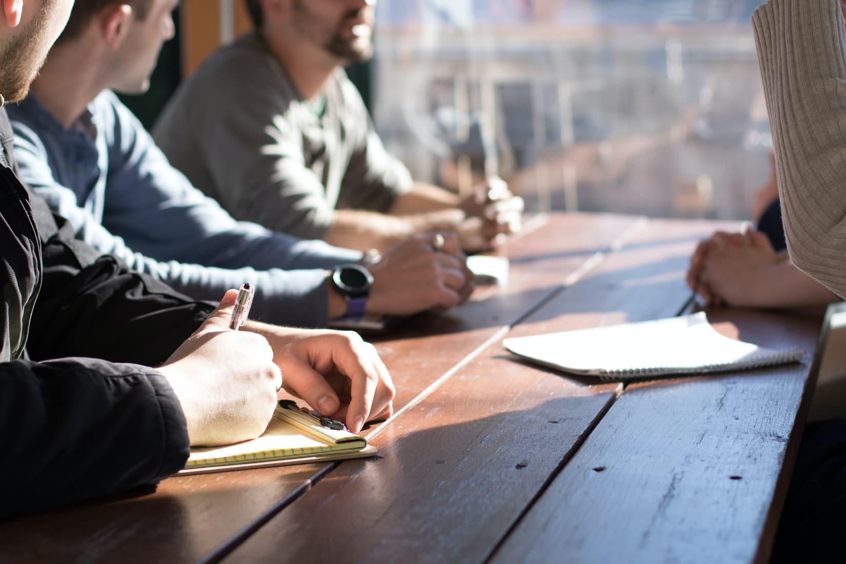 FokusBusinessGuide_DeStandaard_daglicht_pennen_schrijven_vergadering