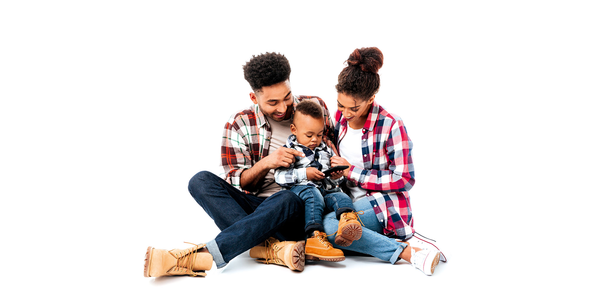 Homme et femme avec leur enfant au milieu assis sur le sol, enfant jouant sur un téléphone portable