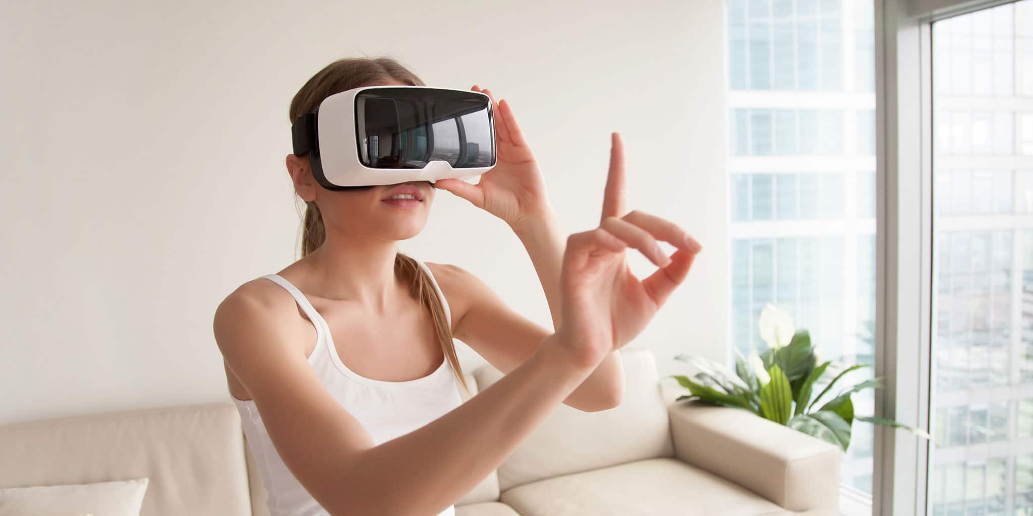 FokusIT_Online-009- vrouw met een VR-bril en een vinger omhoog