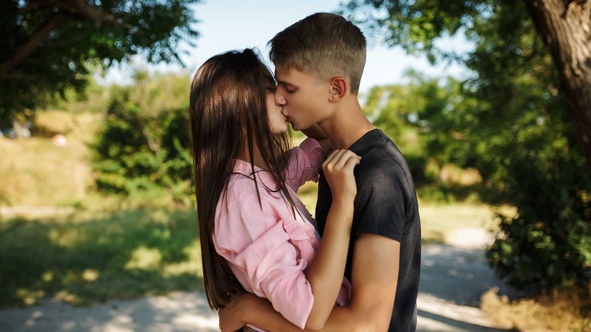 Jongen en meisje aan het kussen