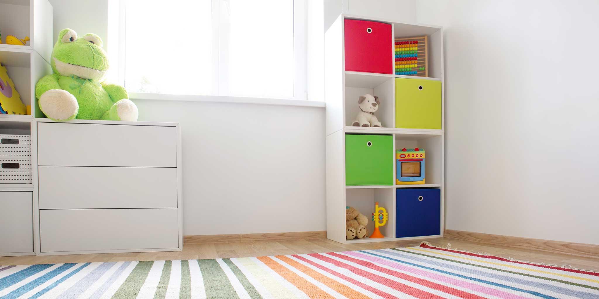 FokusMijnGezin - Kamer met kindermeubels en een kleurrijke mat