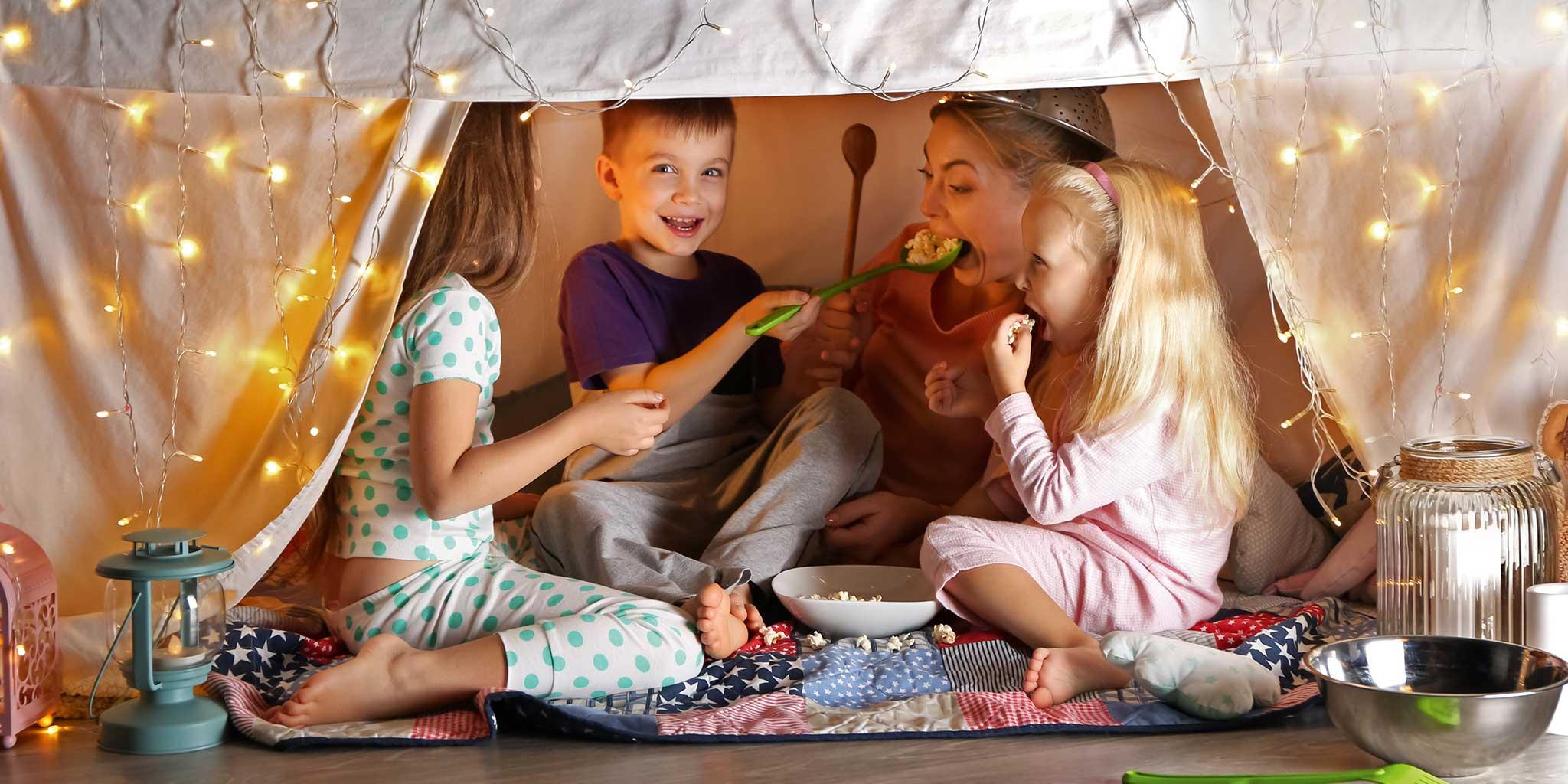 FokusMijnGezin-Krokusvakantie - Kinderen in een tent spelend met de mama