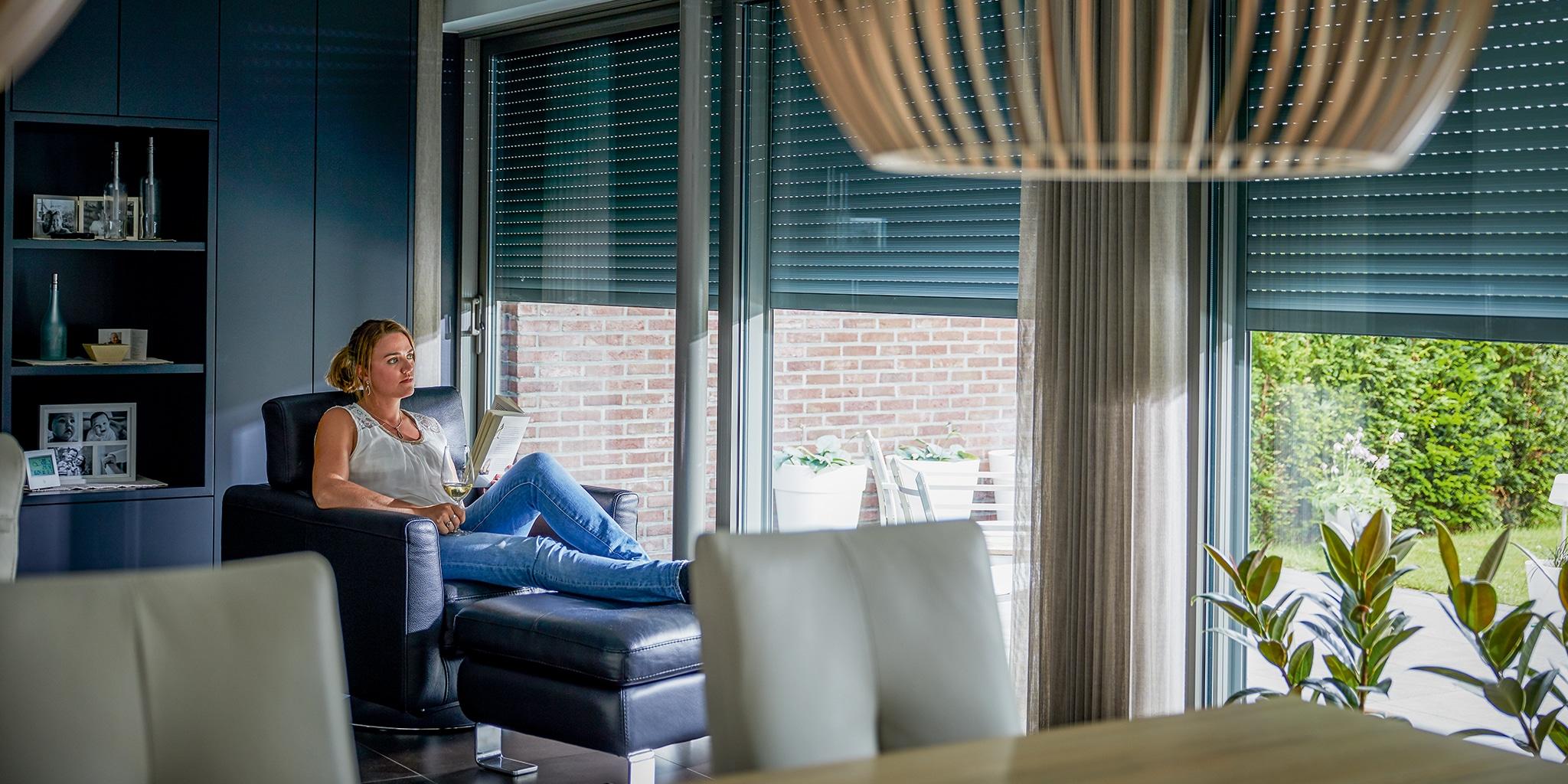 Vrouw zittend te lezen met een boek in haar handen