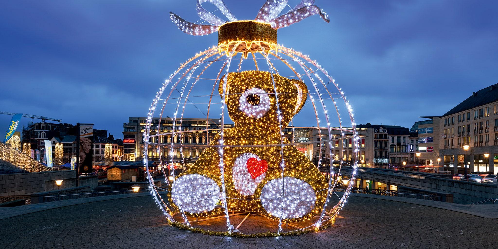 Grote beer in kerstverlichting met een grote kerstbal errond ook in kerstverlichting