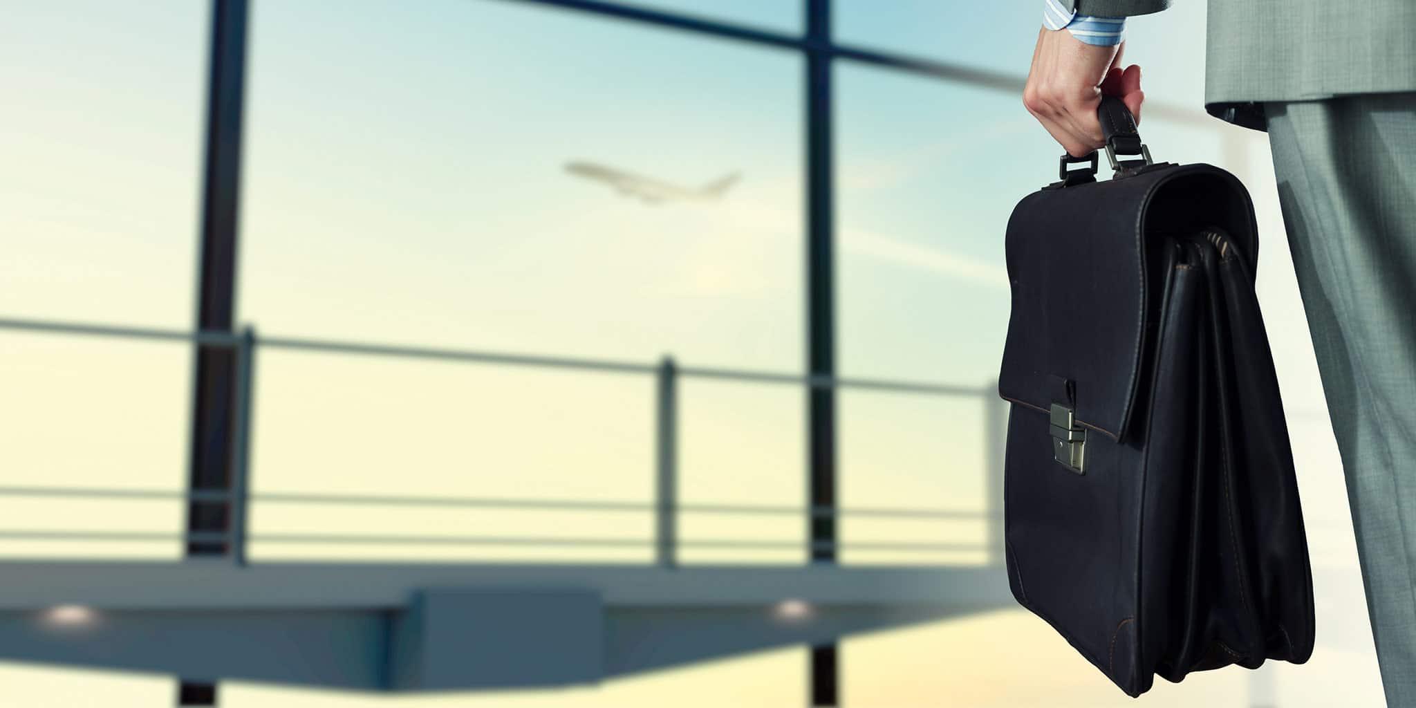 Man met een aktetas op een luchthaven