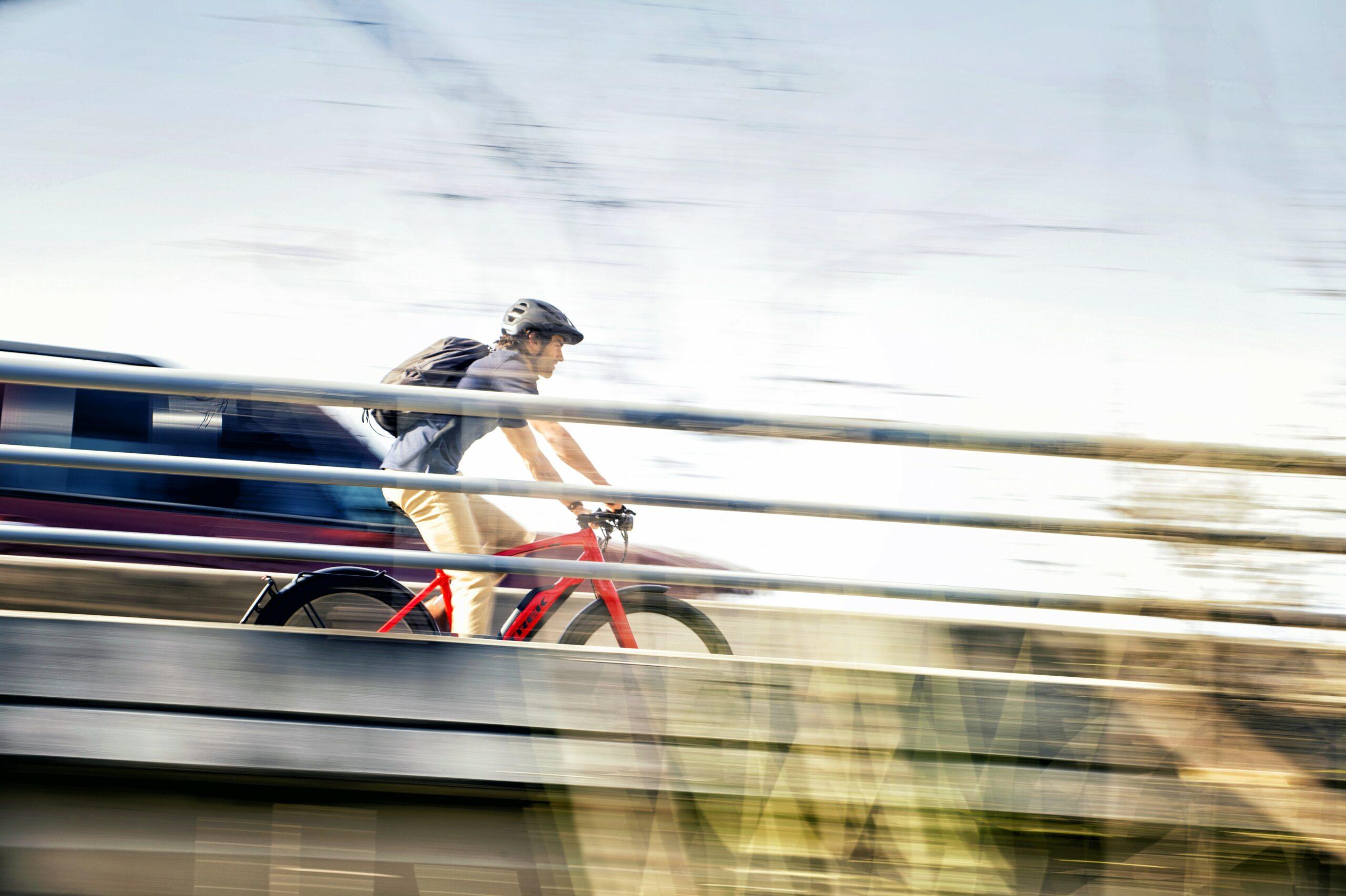 Een man op een fiets