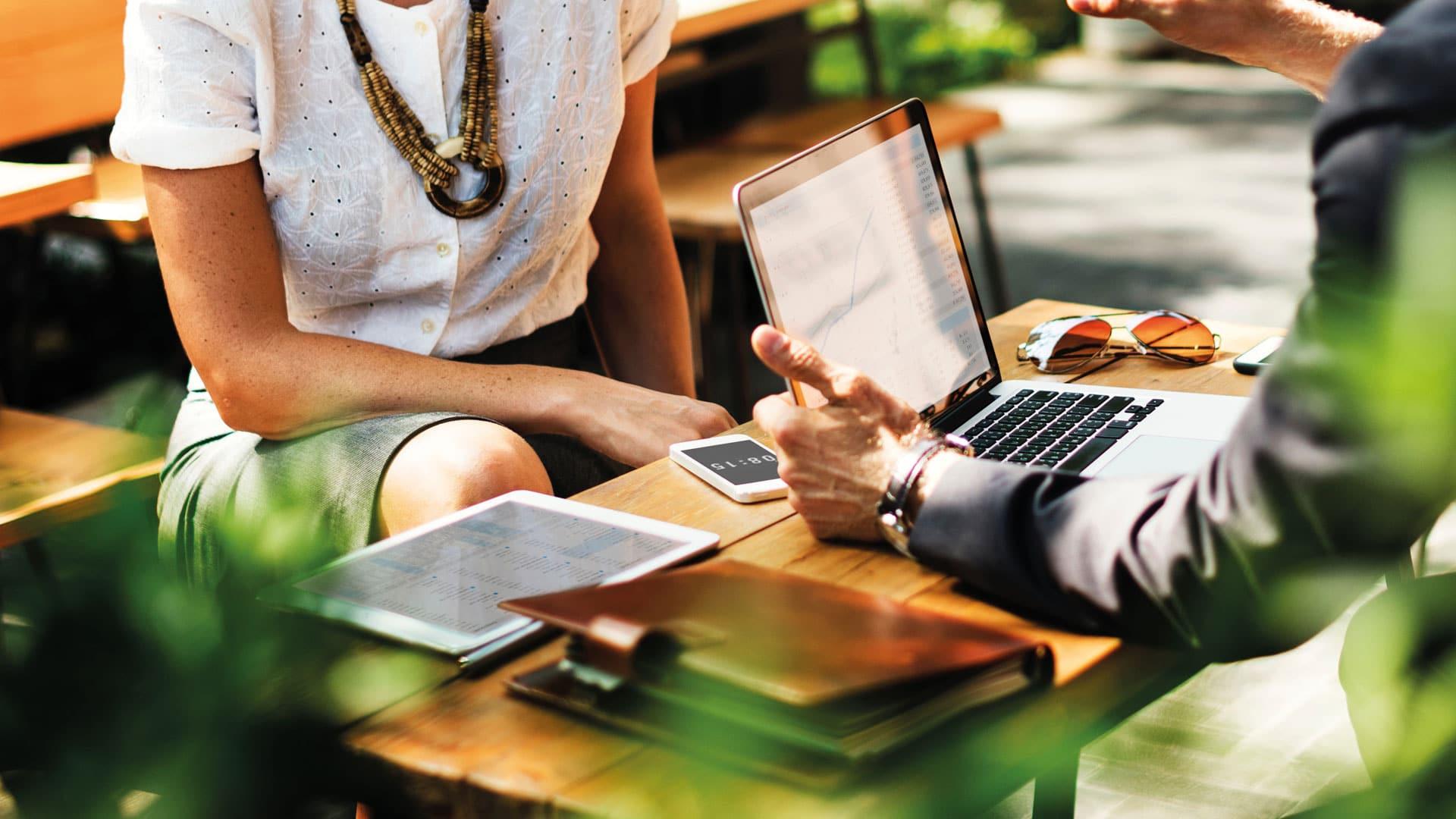 Man en vrouw aan een bureau