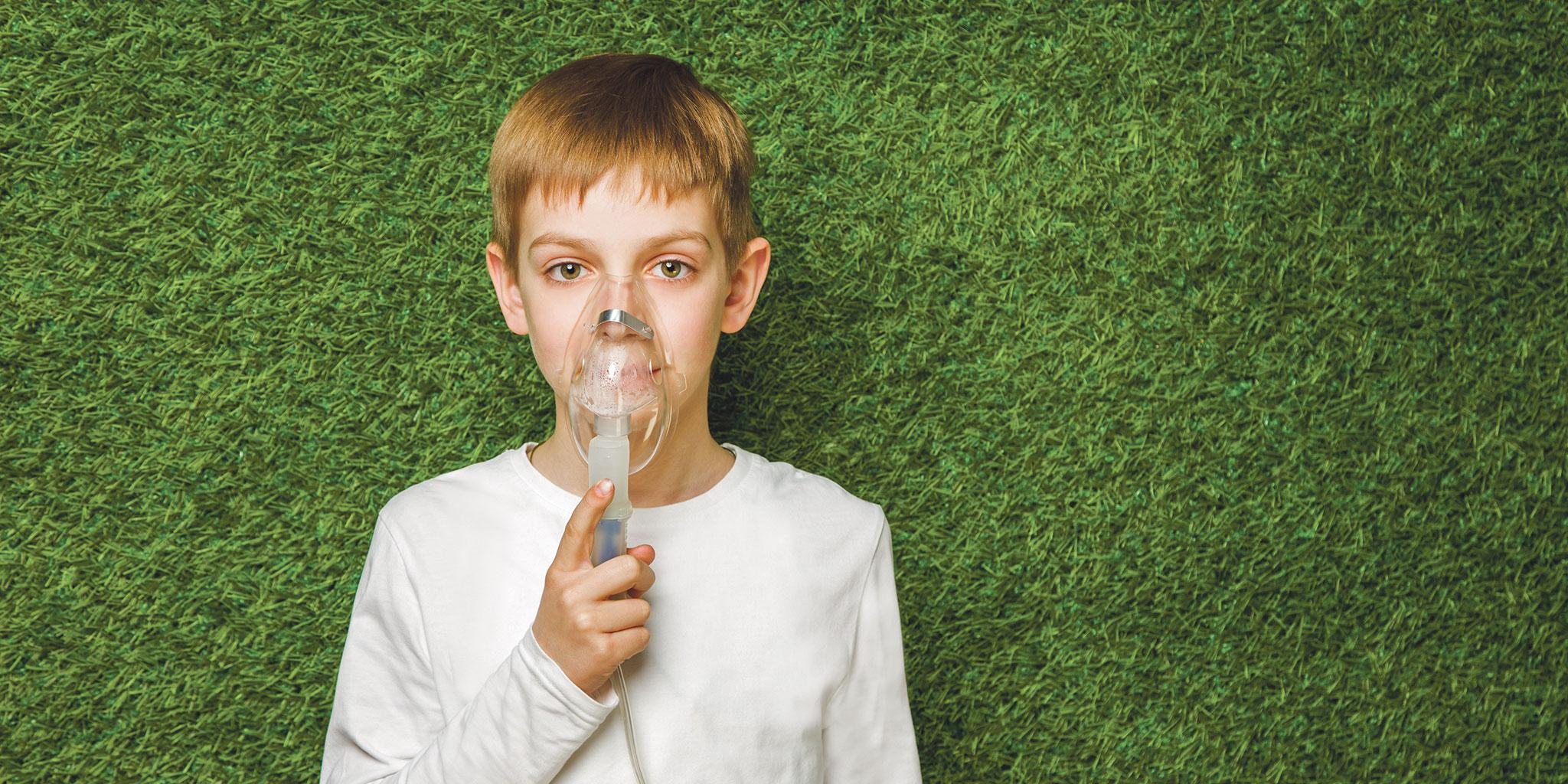 garçon avec un masque respiratoire