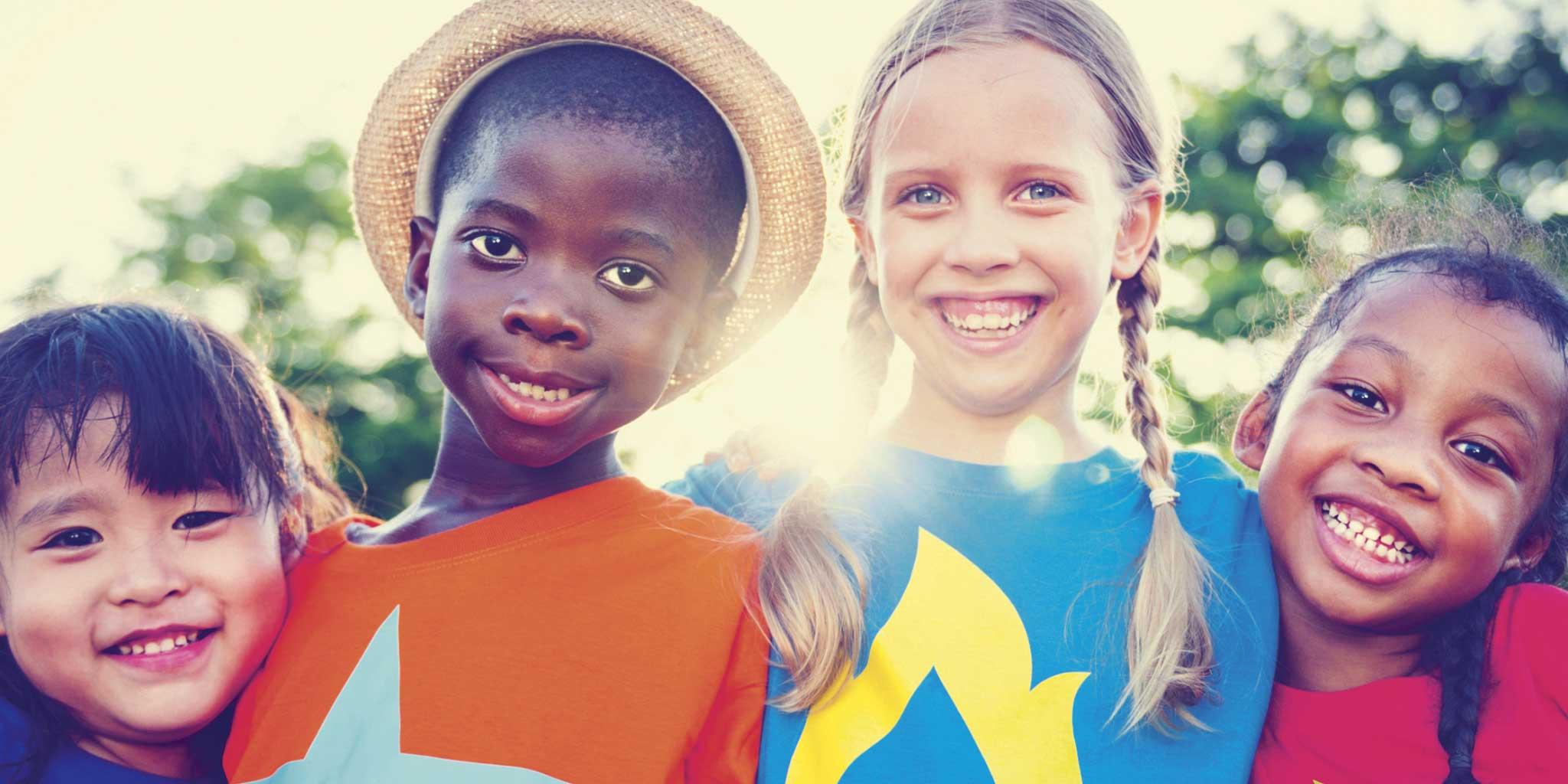 Kinderen van verschillende nationaliteiten lachen naar de camera