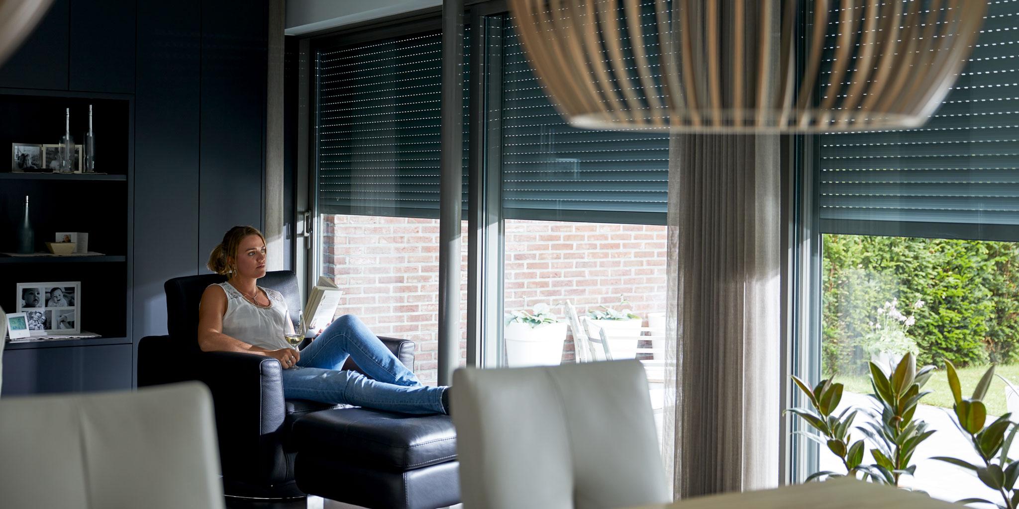 Femme assise sur une chaise avec un livre à la main