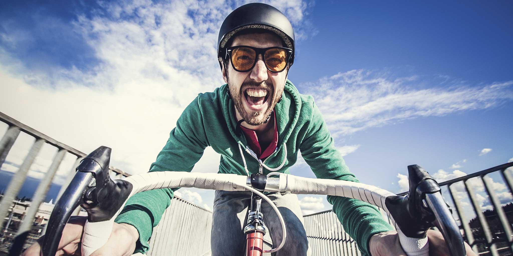 Man met een helm op een fiets
