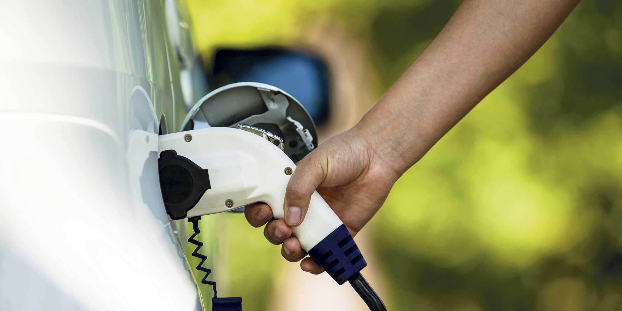Iemand tankt benzine in een voertuig