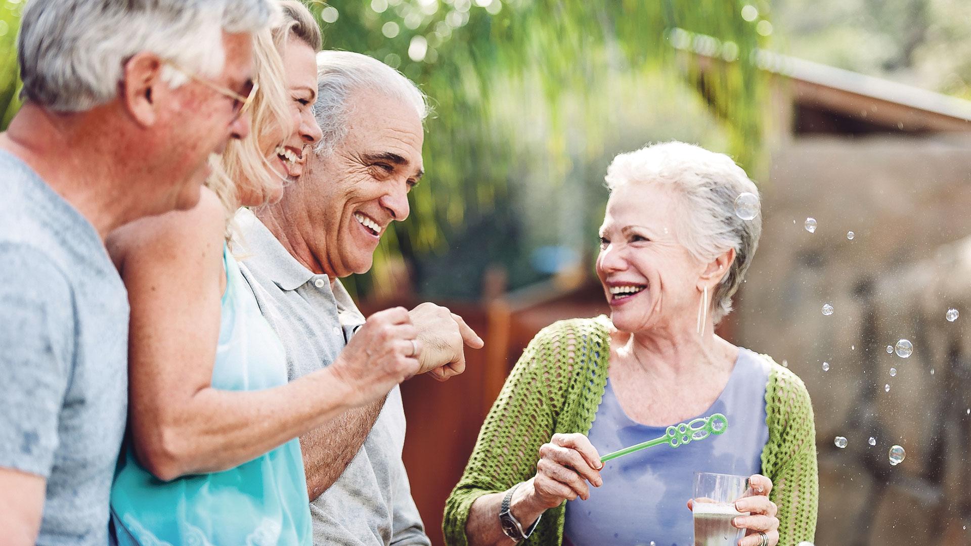 Mensen van middelbare leeftijd lachen gezamenlijk