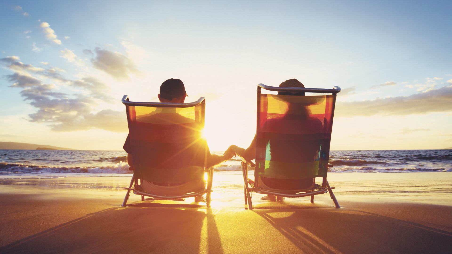 Homme une femme dans une chaise de plage sur une plage