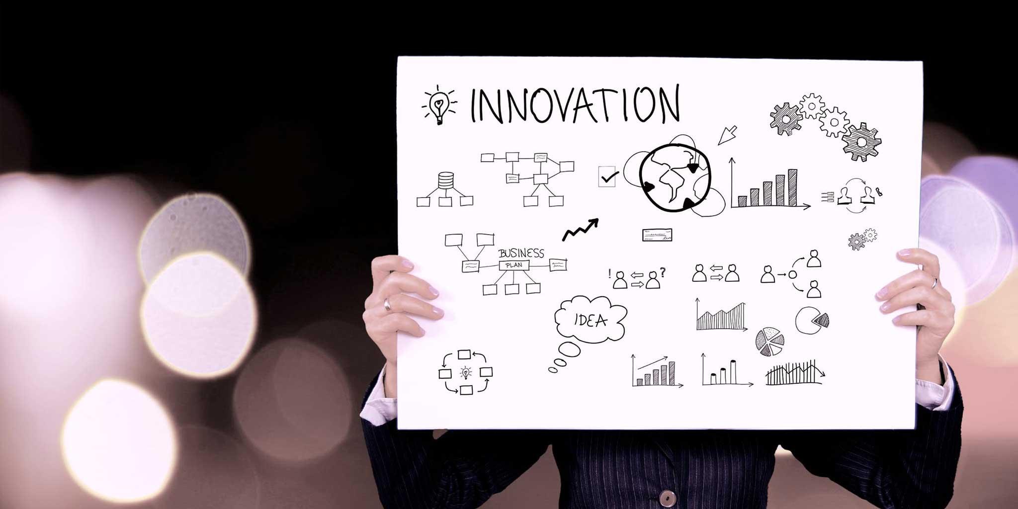 Vrouw met een bord innovatie
