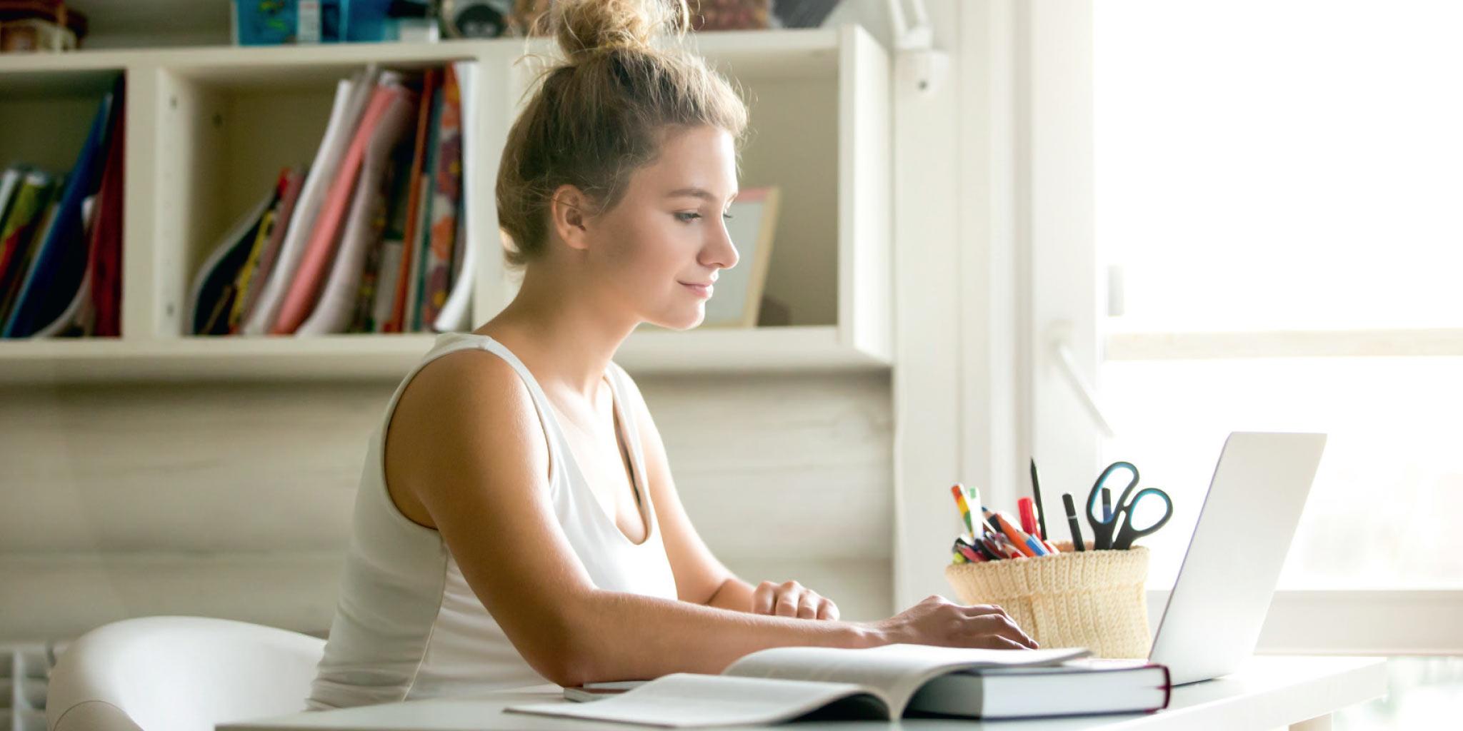 Meisje die aan het studeren is thuis
