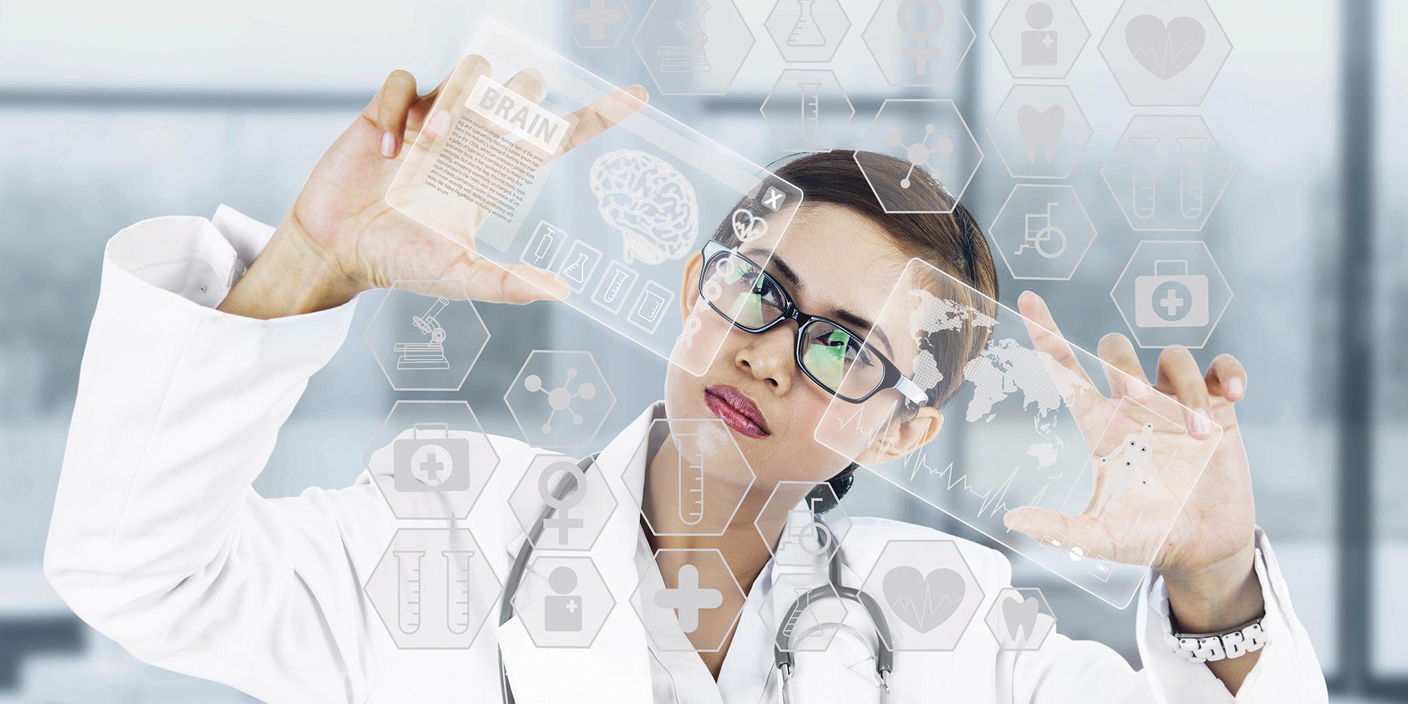 une femme occupée sur un tableau numérique