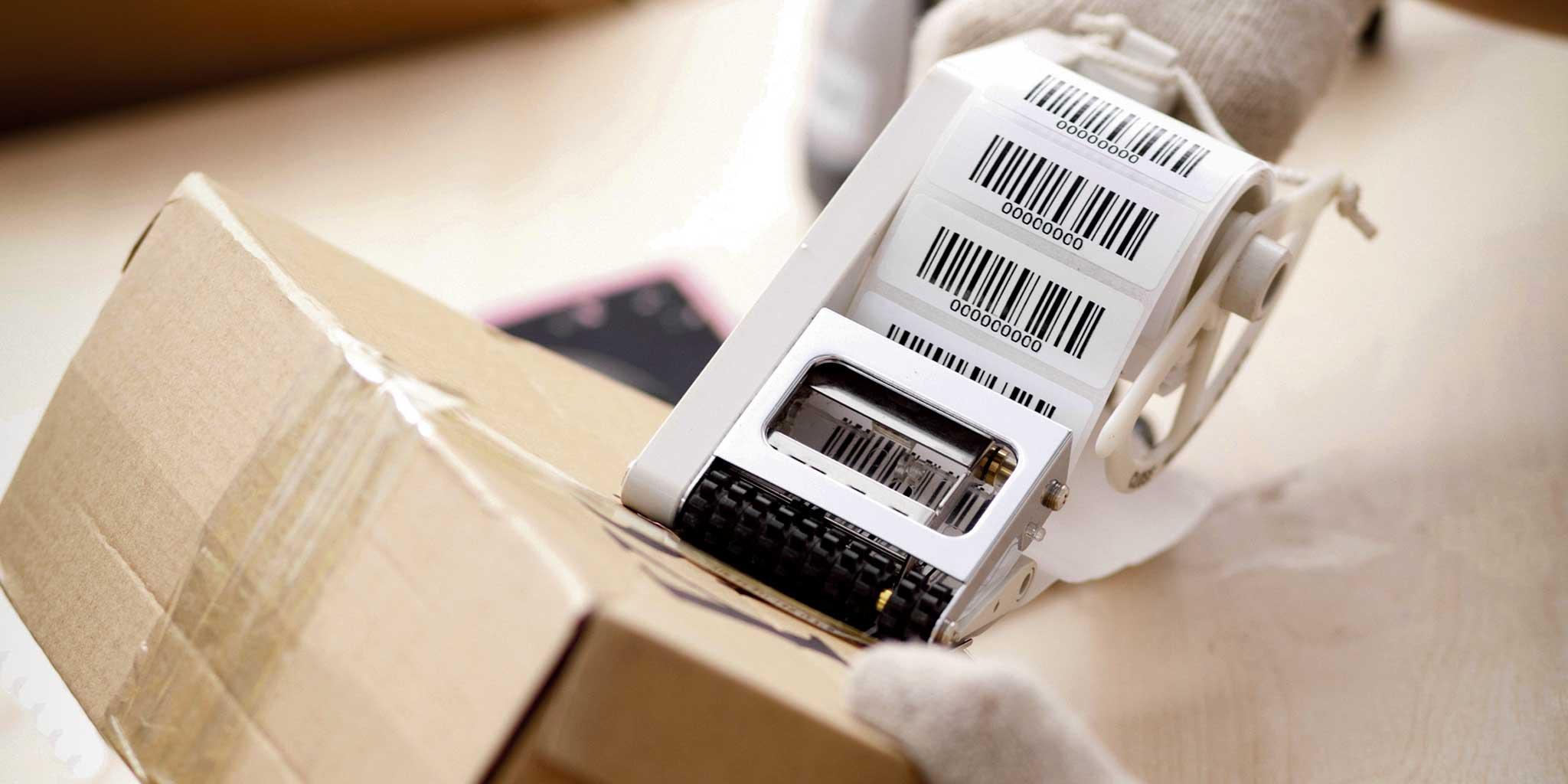 etiketten die worden geplakt op een pakketje