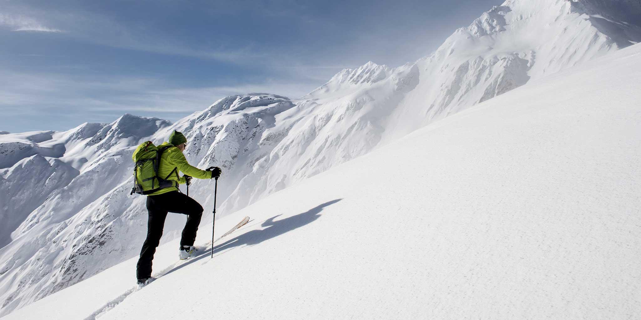 Skiër beklimt een berg