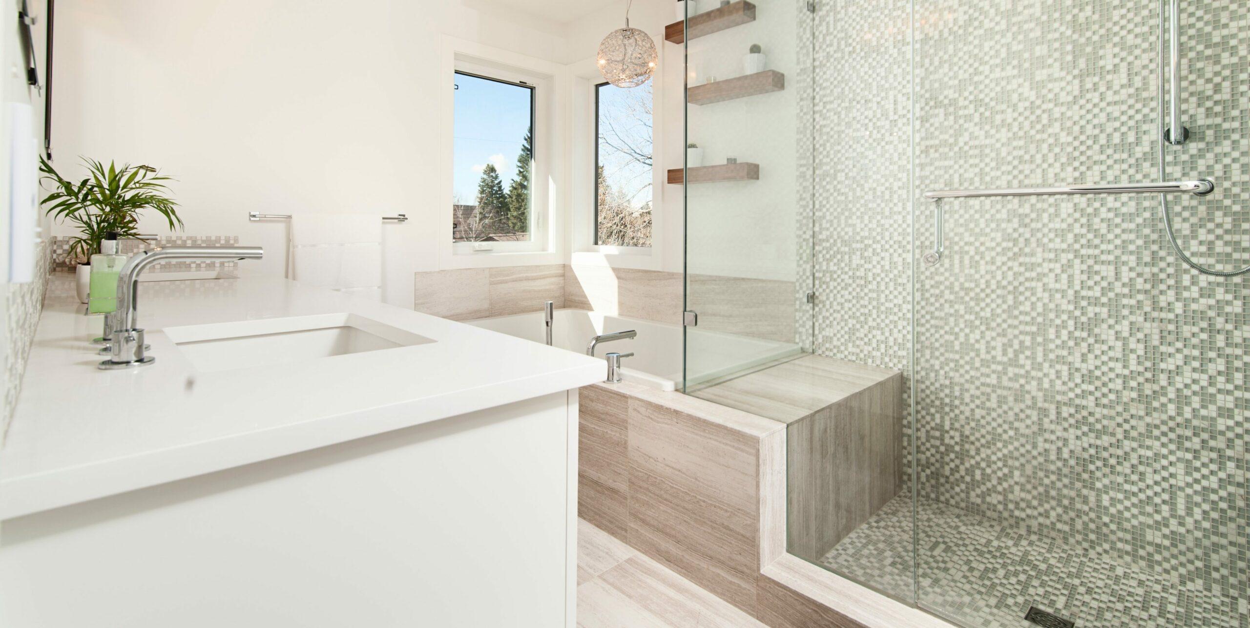 salle de bain avec carrelage et plantes et accents en bois