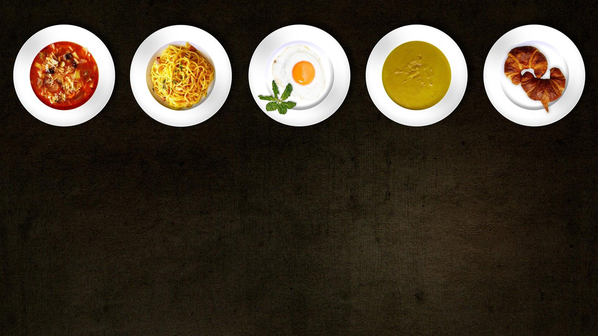 verschillende soorten voedsel op verschillende borden
