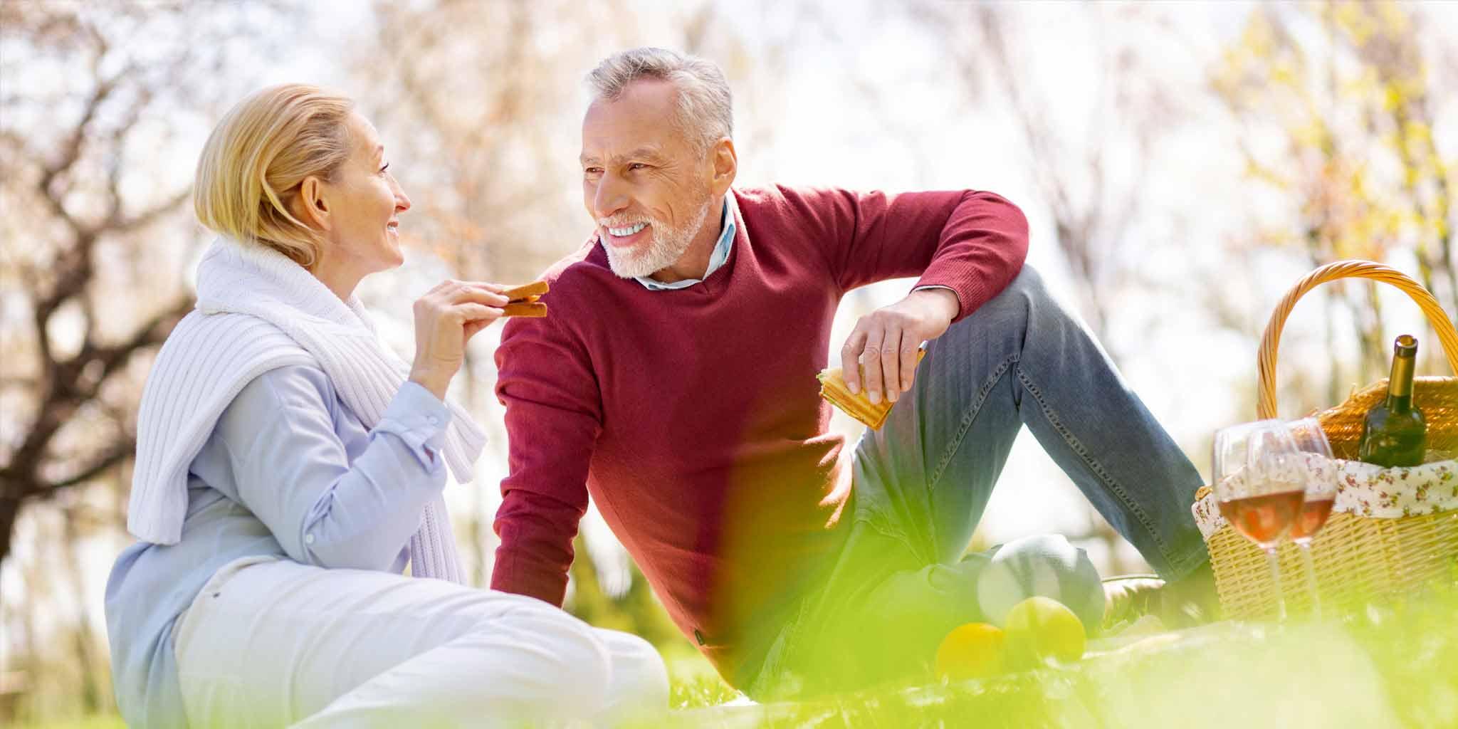 fokus50plus_preventie- man en vrouw aan het picknicken met boterhammen in hun hand