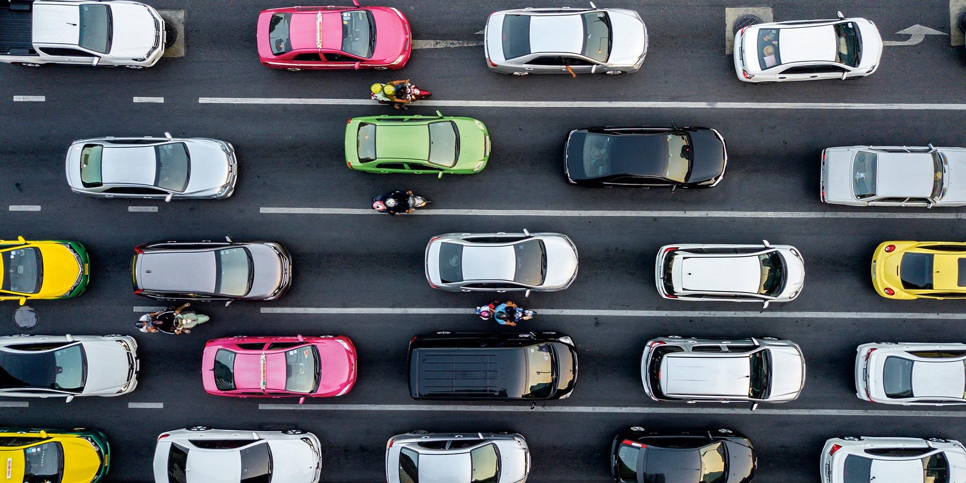 voitures dans un embouteillage sur l'autoroute
