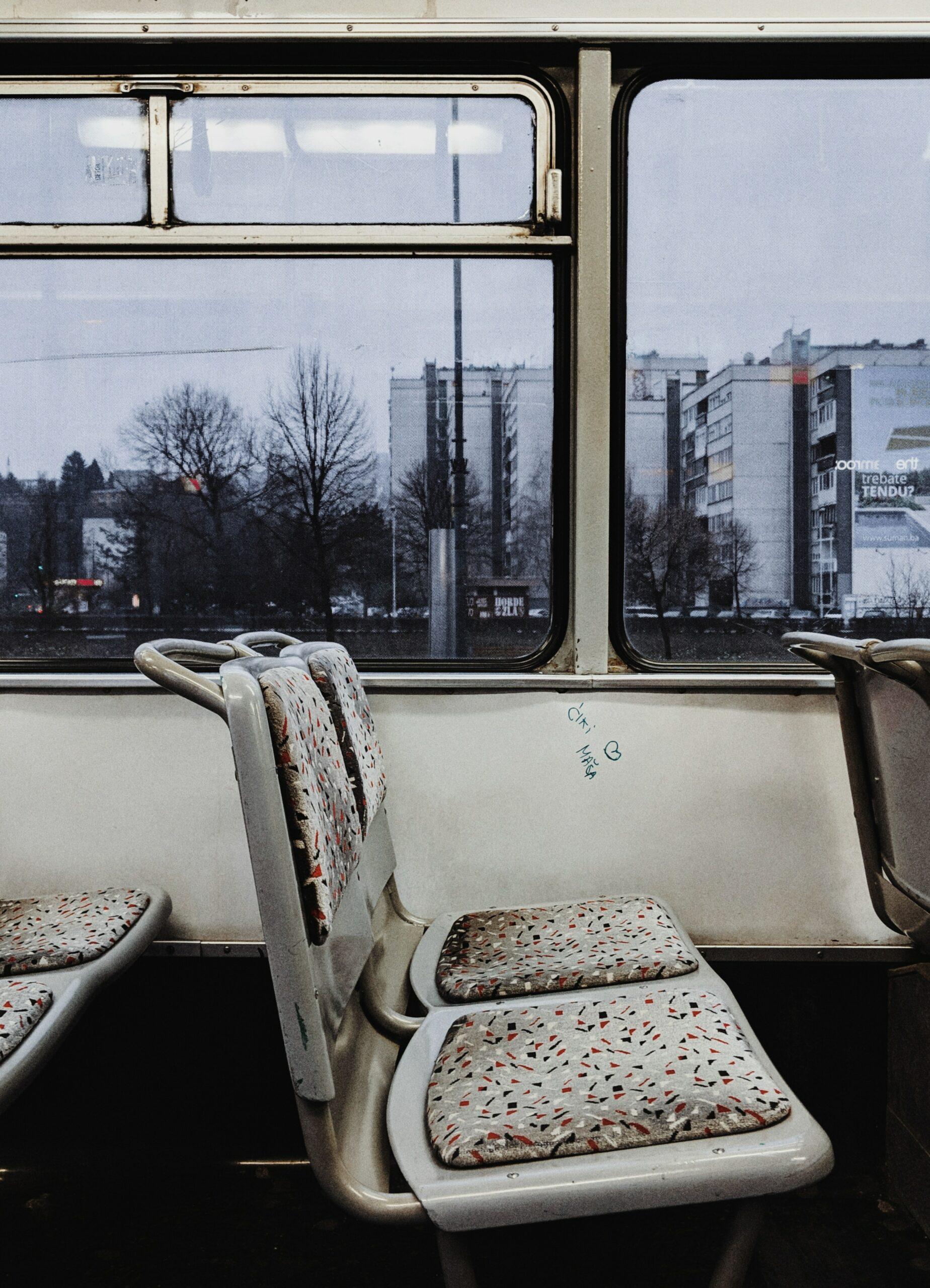 sièges vides dans un tramway