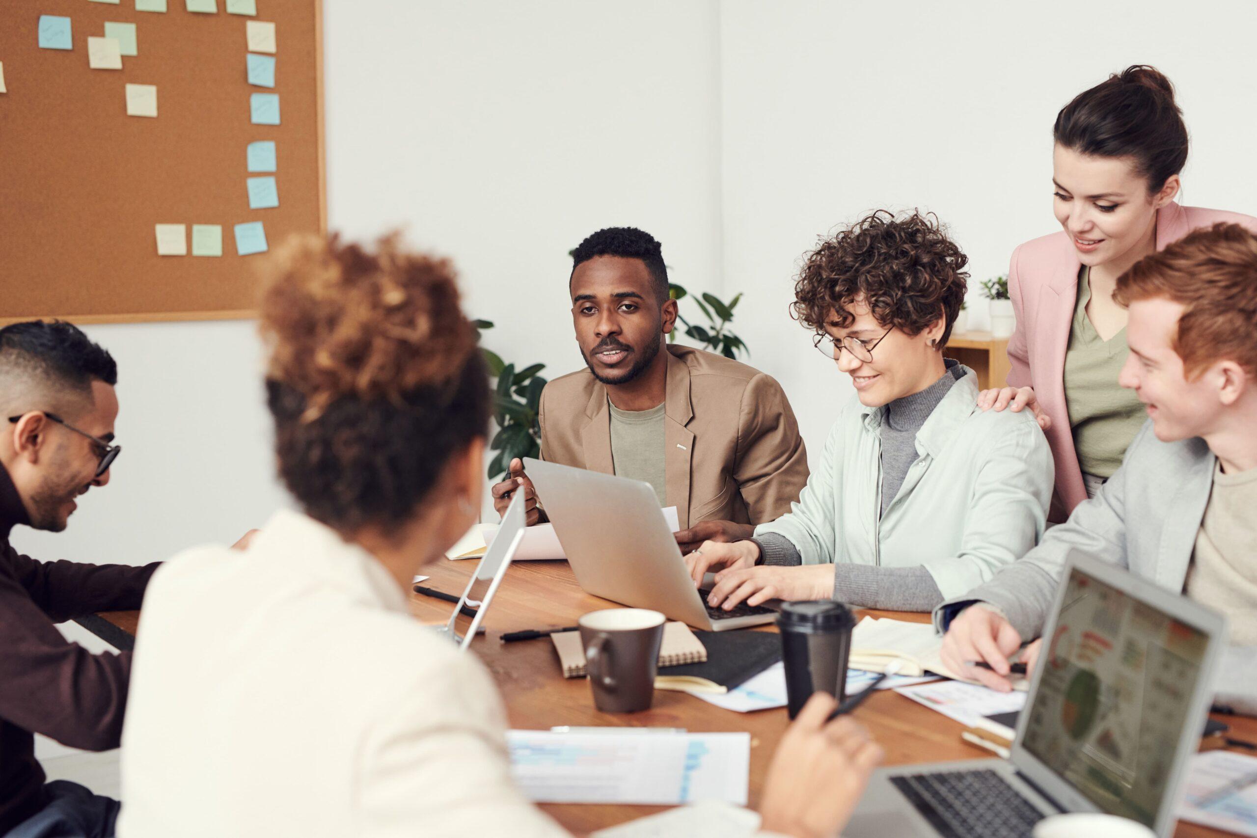 divers_team_werkvloer_meeting