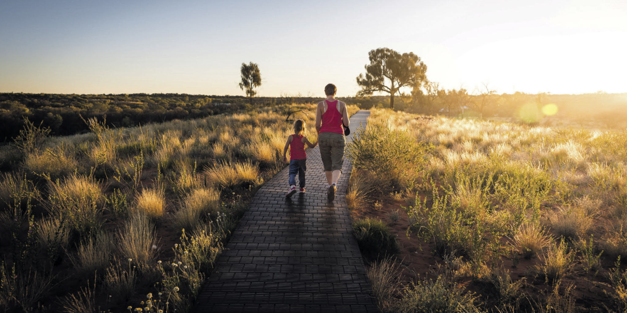 Mère et fille main dans la main dans un parc