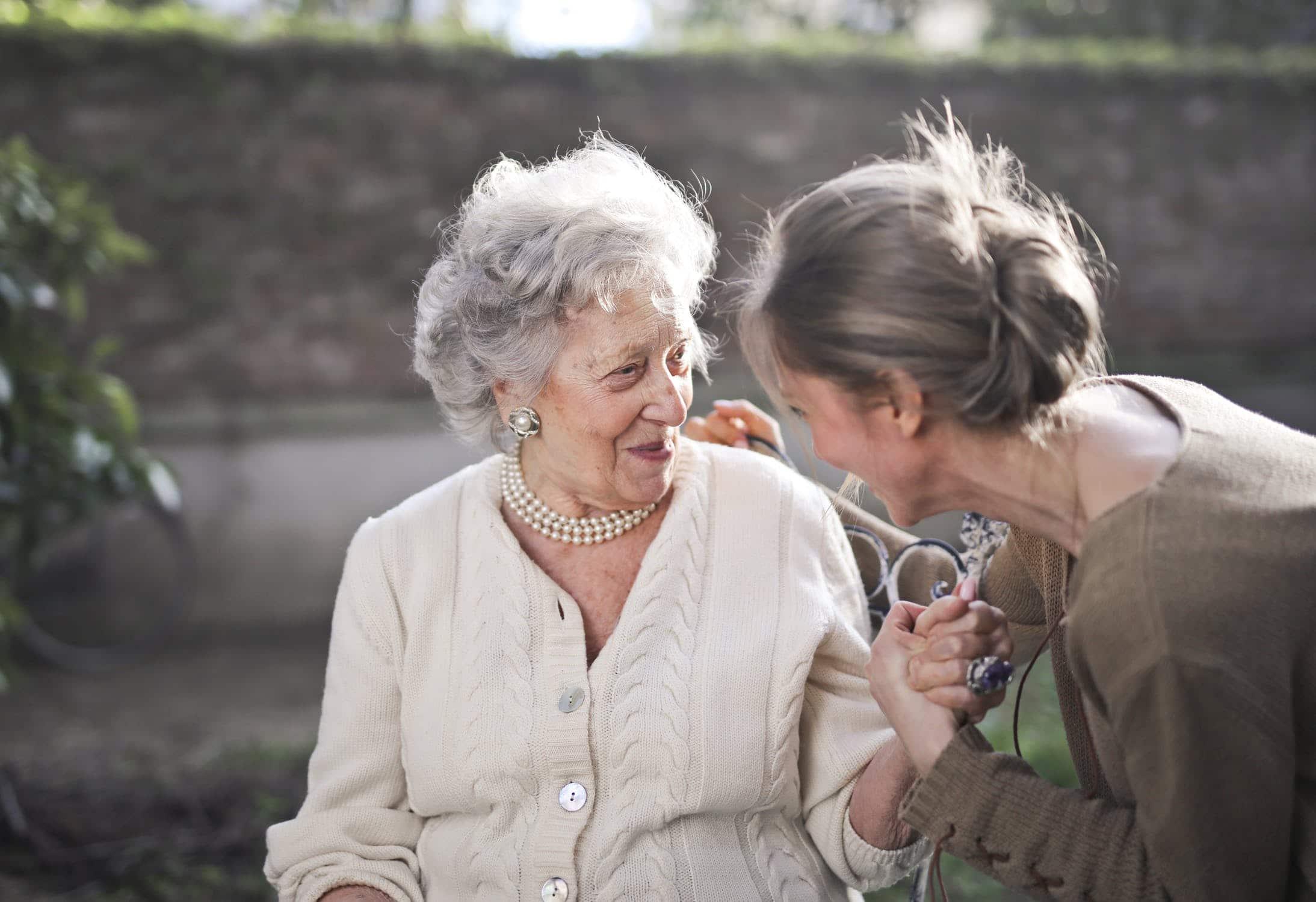 ouderenzorg_glimlach_zon_ouderedame