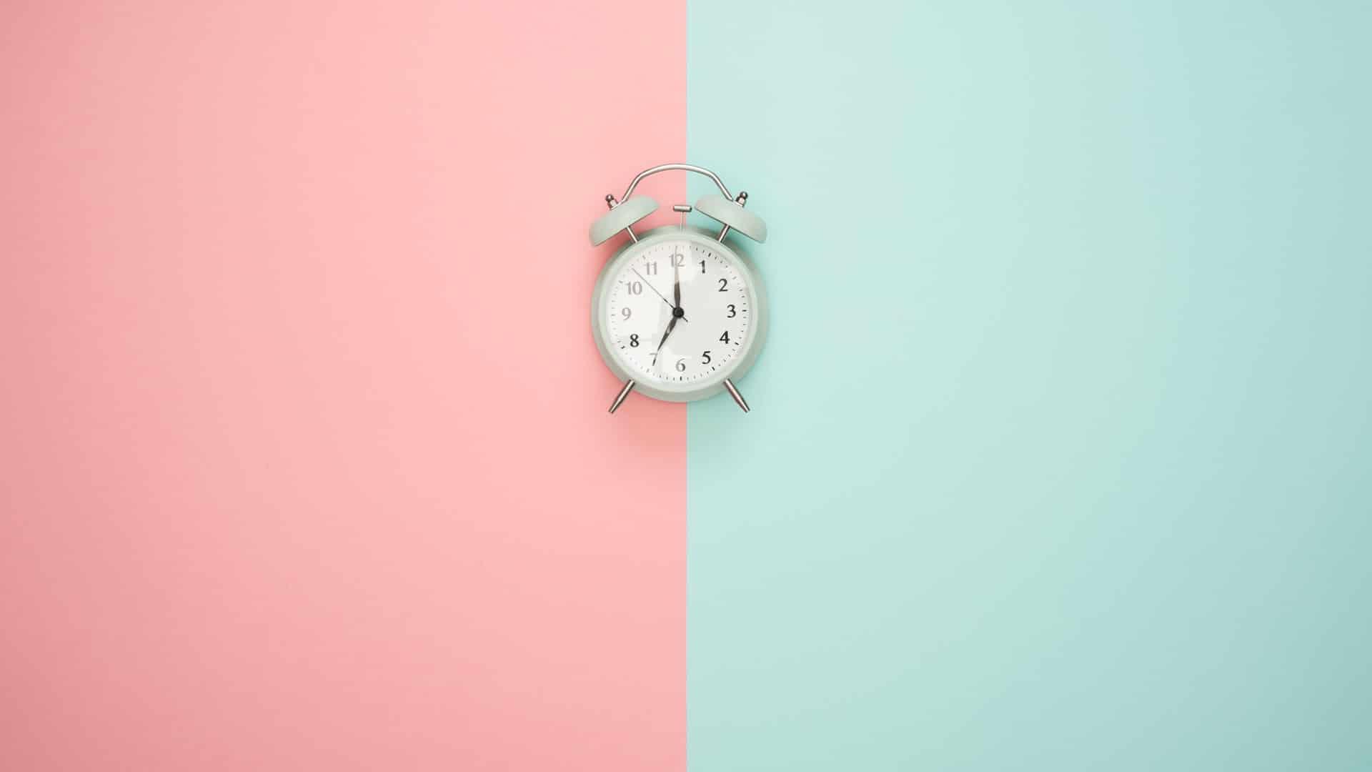 een klok in het midden van twee verschillende kleuren op de achtergrond