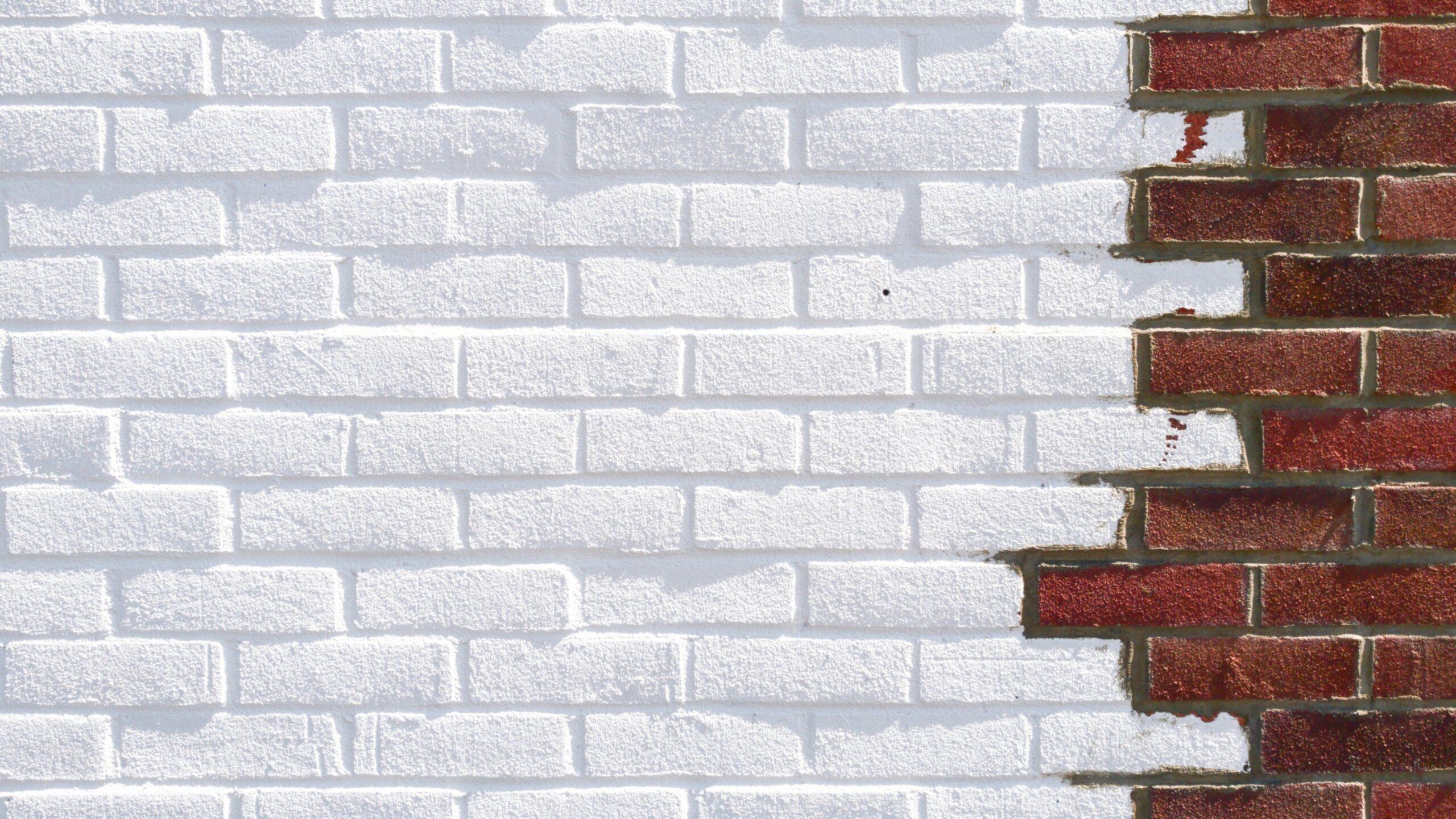 Bakstenen: de helft geschilderd in het wit en de andere helft in het rood